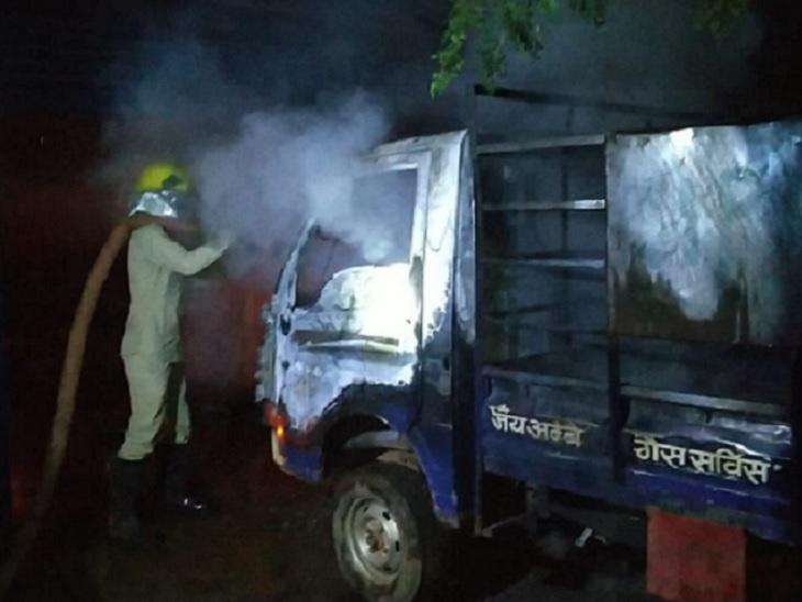 फायर कर्मियों ने कड़ी मशक्कत के बाद करीब एक घंटे में आग पर काबू पा लिया। इस दौरान एक वाहन जलकर पूरी तरह खाक हो गया।