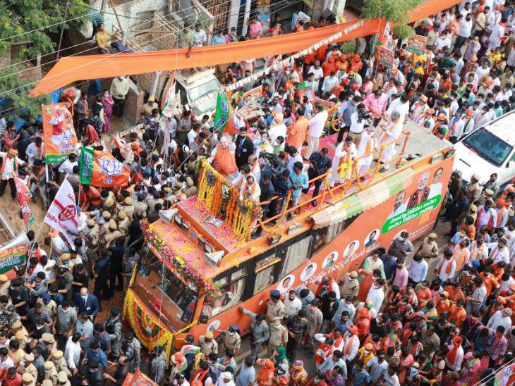 सिकंदराबाद में अमित शाह ने एक बस के ऊपर बने प्लेटफॉर्म पर चढ़कर रोड शो किया था।
