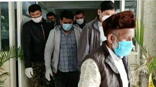 आतंकी अब्दुल्ला दानिश (भूरी टोपी में) को रविवार को गिरफ्तार करने के बाद हिरासत में ले जाते दिल्ली पुलिस के अधिकारी। - Dainik Bhaskar