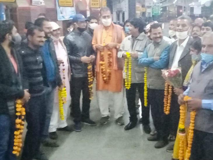 ललितपुर रेलवे स्टेशन पर सोनू के स्वागत में खड़े लोग।