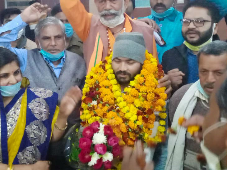 यह फोटो ललितपुर रेलवे स्टेशन की है। यहां सोनू सिंह का भव्य स्वागत किया गया। - Dainik Bhaskar