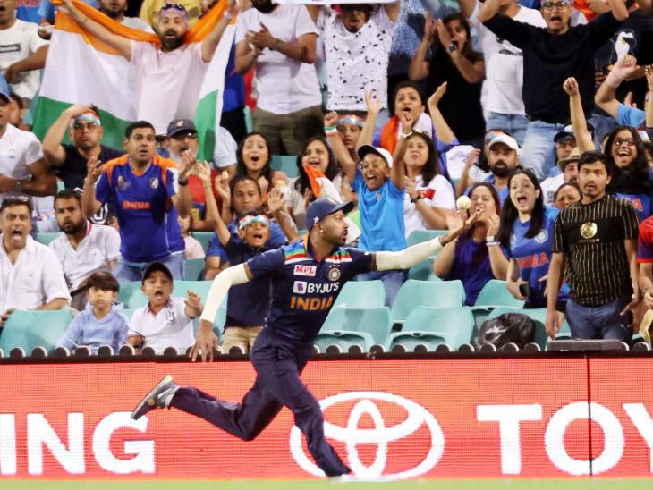 मैच में हार्दिक पंड्या ने भी एक कैच छोड़ा। छठवें ओवर की दूसरी बॉल पर पंड्या ने मैथ्यू वेड का बाउंड्री पर आसान सा कैच छोड़ा। इस समय वेड 43 रन बनाकर खेल रहे थे।