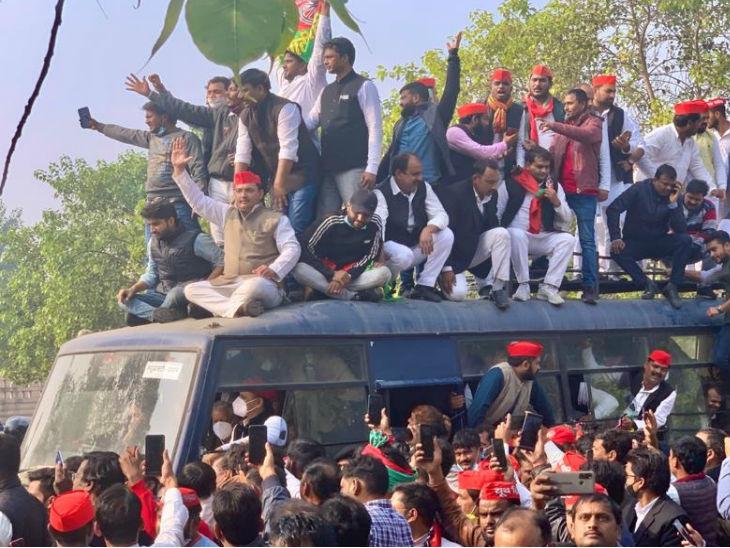 किसानों के हक में पदयात्रा पर निकले अखिलेश यादव हिरासत में; प्रदेश भर में सपा कार्यकर्ताओं ने किया प्रदर्शन|लखनऊ,Lucknow - Dainik Bhaskar