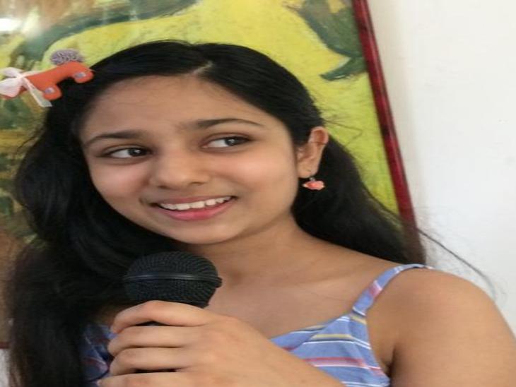अयाना पांच साल की उम्र से संगीत सीख रही है और उसके म्यूजिक वीडियो पॉप, हिप हॉप और वेस्टर्न म्यूजिक की सॉफ्ट रॉक शैली से प्रेरित होते हैं।