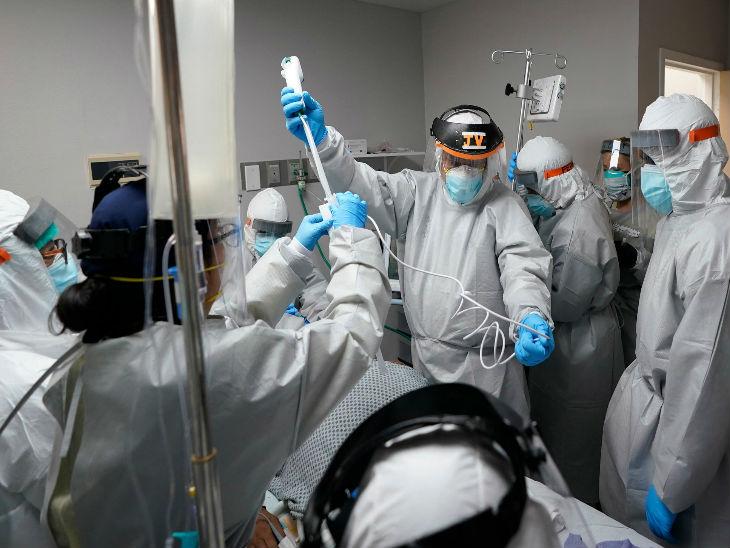 अमेरिका ह्यूस्टन के एक अस्पताल में कोरोना संक्रमित मरीज के इलाज में जुटे डॉक्टर और हेल्थवर्कर्स।