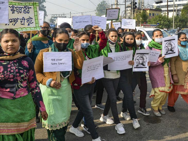 किसानों के समर्थन में मार्च निकालती लायलपुर खालसा वूमेन कॉलेज की छात्राएं।