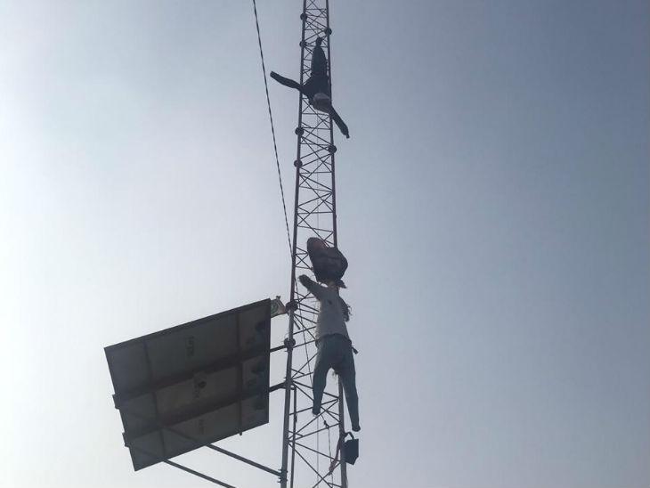 प्रदर्शनकारी अमरिंदर गिल ने एक टॉवर पर प्रधानमंत्री नरेंद्र मोदी का पुतला लटका दिया।