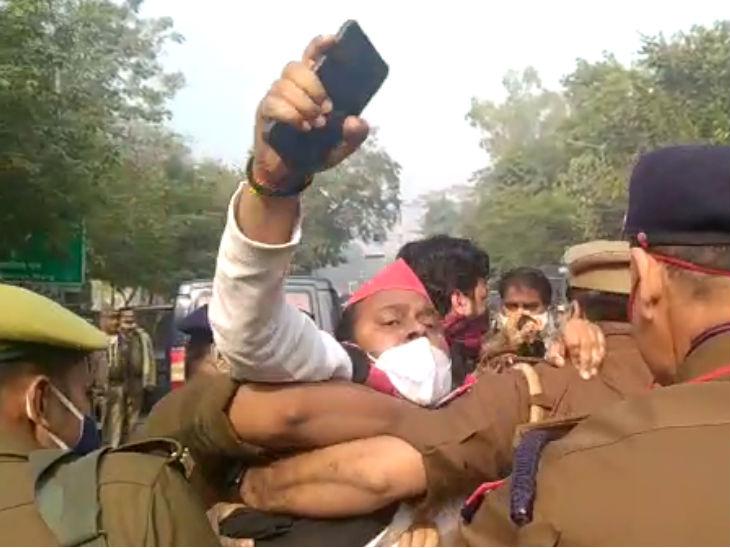 यह फोटो लखनऊ की है। सुबह सपा के दो नेता बैरीकेडिंग को जबरन पार करने की कोशिश कर रहे थे। पुलिस ने दोनों को हिरासत में लिया है।