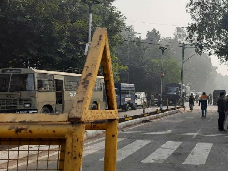 सपा मुख्यालय से लेकर अखिलेश यादव के आवास तक पुलिस का कड़ा पहरा।