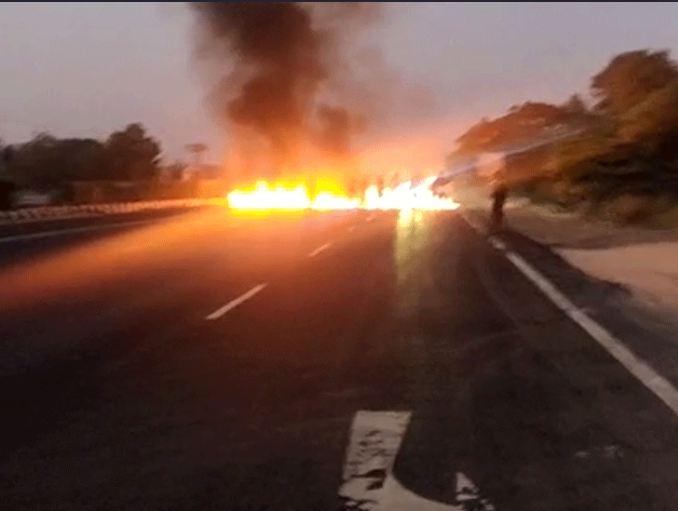 वडोदरा नेशनल हाईवे, साणंद और भरूच-दहेज हाईवे पर कांग्रेस कार्यकर्ताओं ने टायर जलाए। इसके कुछ देर के लिए ट्रैफिक जाम हो गया।