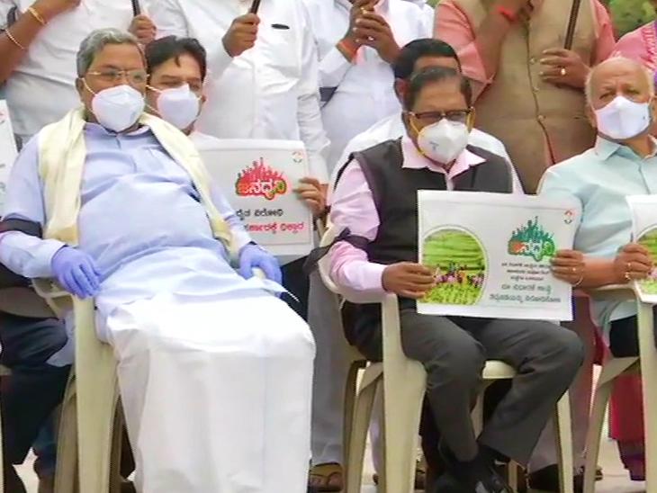 कांग्रेस नेताओं ने कर्नाटक विधान सौधा में गांधी प्रतिमा के सामने विरोध प्रदर्शन किया। इस दौरान पूर्व सीएम सिद्धारमैया, बीके हरिप्रसाद और रामलिंगा रेड्डी शामिल थे।