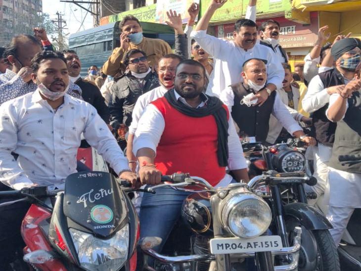 'भारत बंद' का इंदौर में असर: फल और सब्जी मंडी खुली, कांग्रेस विधायक और जिला अध्यक्ष कार्यकर्ताओं के साथ बाइक रैली निकालते हुए छावनी अनाज मंडी पहुंचे