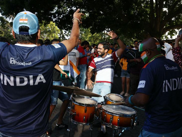 स्टेडियम के बाहर भारतीय फैंस डांस करते दिखे।