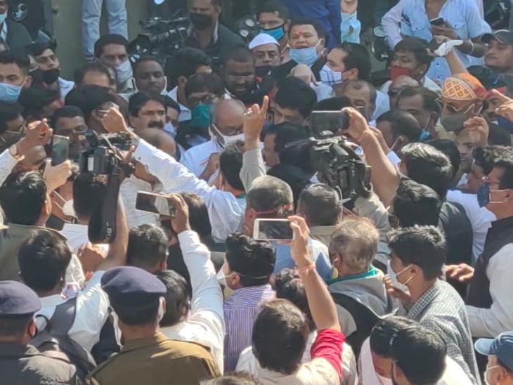 इंदौर में दिग्विजय सिंह और कुछ नेता छावनी मंडी बंद कराने पहुंचे। कुछ देर बाद लौट गए।