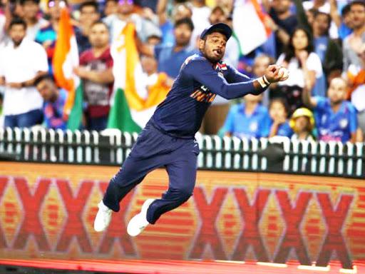 संजू सैमसन ने शानदार फील्डिंग की। उन्होंने हवा में डाइव लगाकर 6 रन के लिए जाती बॉल को रोका और टीम के लिए 4 रन बनाए।