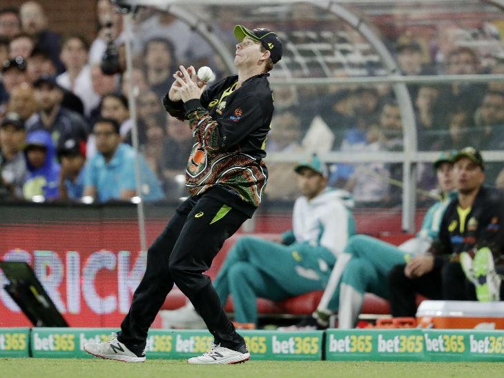 स्टीव स्मिथ ने विराट कोहली का आसान कैच छोड़ा। यह वाकया भारतीय पारी के तीसरे ओवर की दूसरी बॉल पर हुआ।