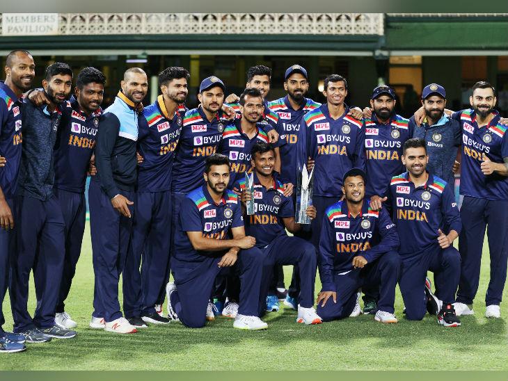 सीरीज जीतने के बाद ट्रॉफी के साथ भारतीय टीम।