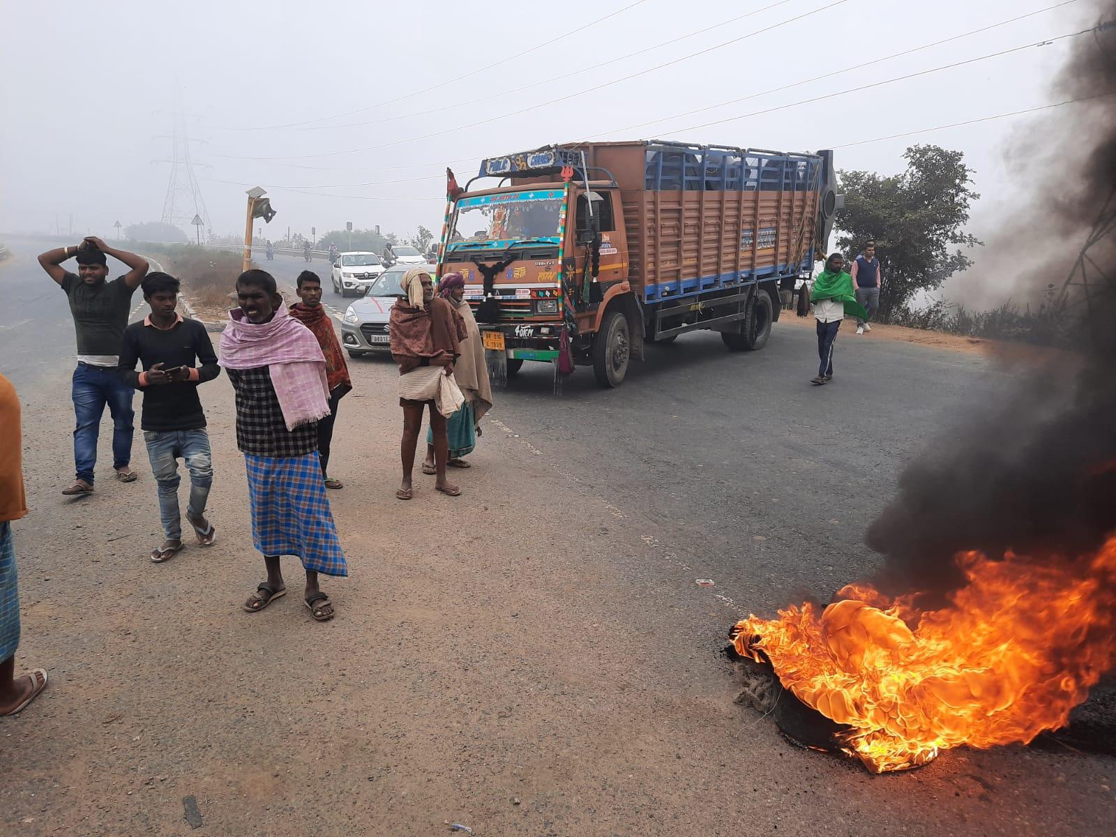 बख्तियारपुर फोर लेन पर टायर जलाकर आगजनी।