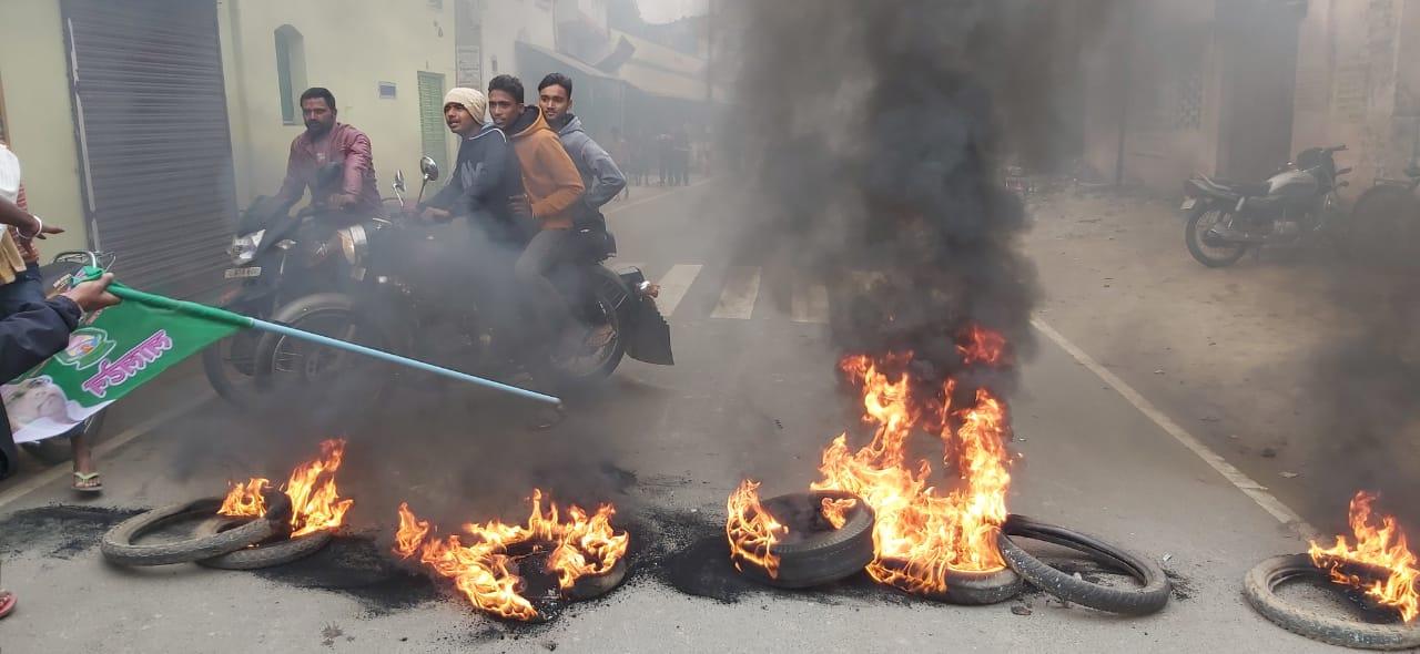 मुंगेर में राजद कार्यकर्ताओं ने सड़क पर टायर जलाकर आगजनी की।