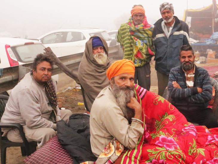 शबद कीर्तन के बीच किसान उठने लगते हैं। साथ ही शुरू होता है आंदोलन की खबरों पर चर्चाओं का दौर।