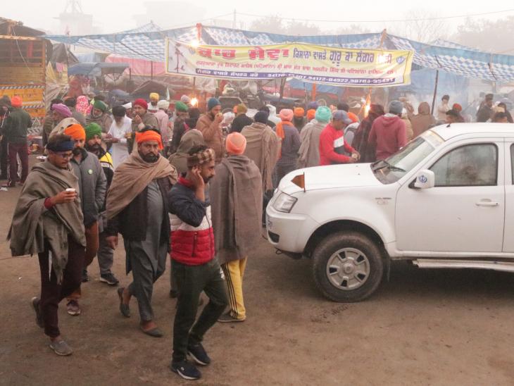 सुबह के वक्त सबसे ज्यादा भीड़ जुटती है चाय-नाश्ते के दौरान। 100-200 मीटर पर सिंघु बॉर्डर पर सुबह का नजारा ऐसा ही रहता है।