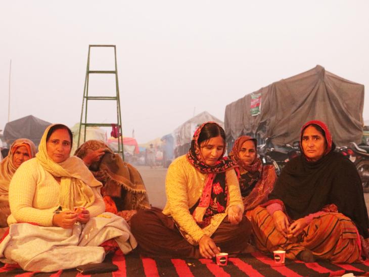 महिलाएं भी यहां हैं। चाय की चुस्कियों के साथ वो भी आंदोलन पर अपनी राय एक-दूसरे को बताती हैं। उन्हें भी अपनी जिम्मेदारियों का अहसास है और पीछे नहीं रहना चाहती हैं।