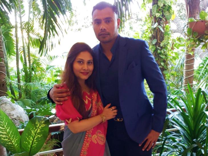 दानिश कनेरिया ने यह फोटो कुछ दिनों पहले सोशल मीडिया पर शेयर की थी। इसमें वे पत्नी के साथ नजर आ रहे हैं। दानिश पर स्पॉट फिक्सिंग मामले में बैन लगाया गया था। उन्होंने पाकिस्तान के लिए 61 टेस्ट में 261 विकेट लिए हैं। (फाइल) - Dainik Bhaskar