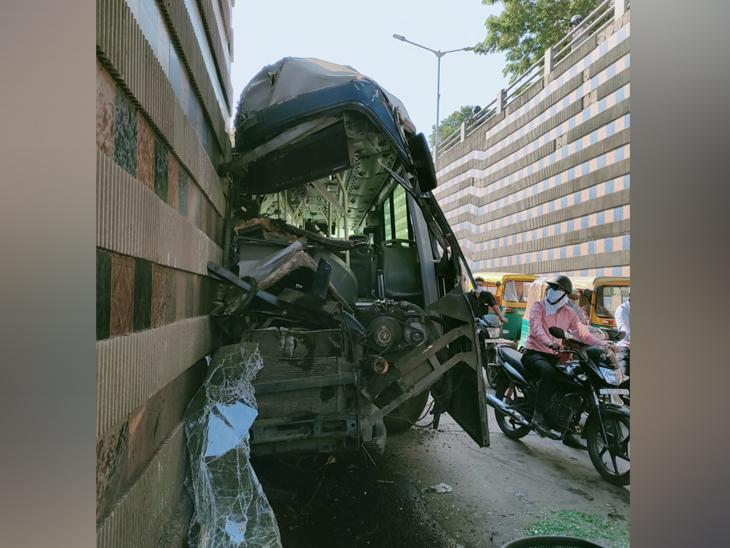 ड्राइवर, सुवरवाइजर और व अन्य दो यात्रियों को हल्की चोटें आईं।