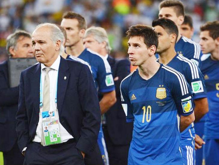 लियनल मेसी के साथ अर्जेंटीना के पूर्व कोच एलेजेंड्रो साबेला (बाएं)। (फाइल फोटो) - Dainik Bhaskar