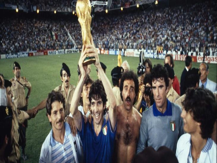 इटली के फुटबॉलर पाओली रोसी नहीं रहे। 1982 में स्पेन में हुए Fifa वर्ल्डकप में उन्होंने इटली को वर्ल्डकप दिलाया था। वर्ल्डकप के साथ रोसी। (फाइल फोटो) - Dainik Bhaskar