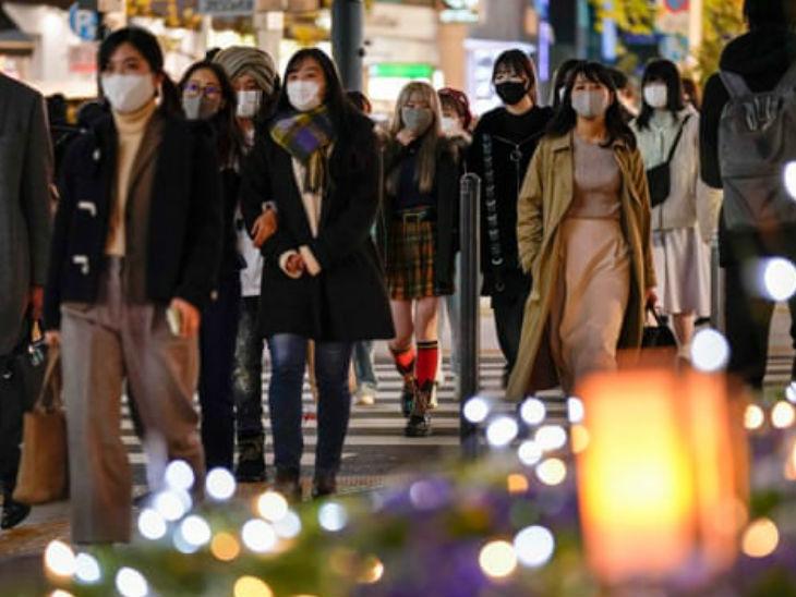जापान की राजधानी टोक्यो की एक सड़क से गुजरती स्थानीय महिलाएं। यहां के 6 राज्यों में संक्रमण तेजी से बढ़ा है।- फाइल फोटो