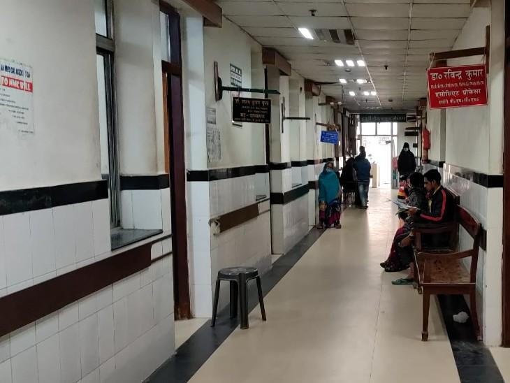 PMCH के विभागों में सन्नाटा, बाहर मरीज देख रहे डॉक्टरों की राह।