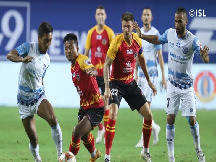 इंडियन सुपर लीग के शुक्रवार रात को खेले गए मैच के दौरान जमशेदपुर एफसी और एससी ईस्टबंगाल के खिलाड़ी बॉल को लेने का प्रयास करते हुए। - Dainik Bhaskar