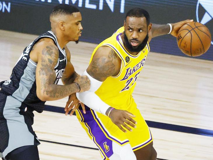 NBA के एक मैच के दौरान लेब्रॉन जेम्स (दाएं)