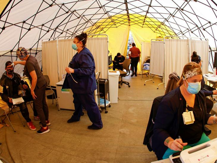 अमेरिका के लास एंजिलिस शहर के एक हॉस्पिटल में संक्रमितों के लिए बेड कम पड़ गए। अब यहां एक टेंट लगाकर मेकशिफ्ट हॉस्पिटल तैयार किया गया है। यहीं संक्रमितों की जांच की जा रही है और इसके दूसरे हिस्से में उनका इलाज किया जा रहा है।