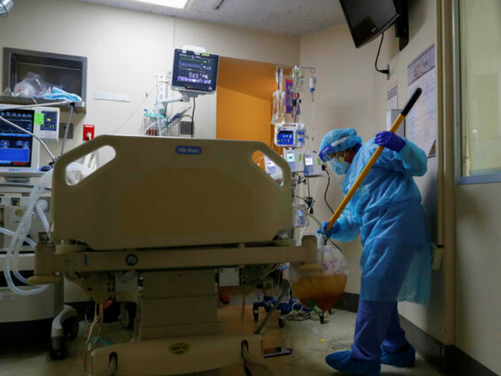 मैक्सिको सिटी में एक हॉस्पिटल में काम करता हेल्थ वर्कर। यहां सरकार ने फाइजर वैक्सीन के इमरजेंसी इस्तेमाल को मंजूरी दे दी है।