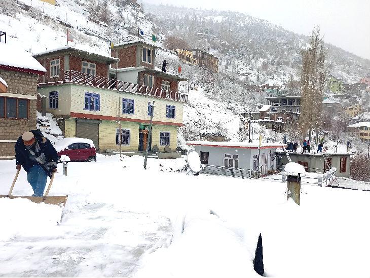 शनिवार को लाहौल-स्पीति में ताजा बर्फबारी हुई। लोगों को परेशानी न हो, लिहाजा सड़कों से बर्फ हटाई जा रही है।