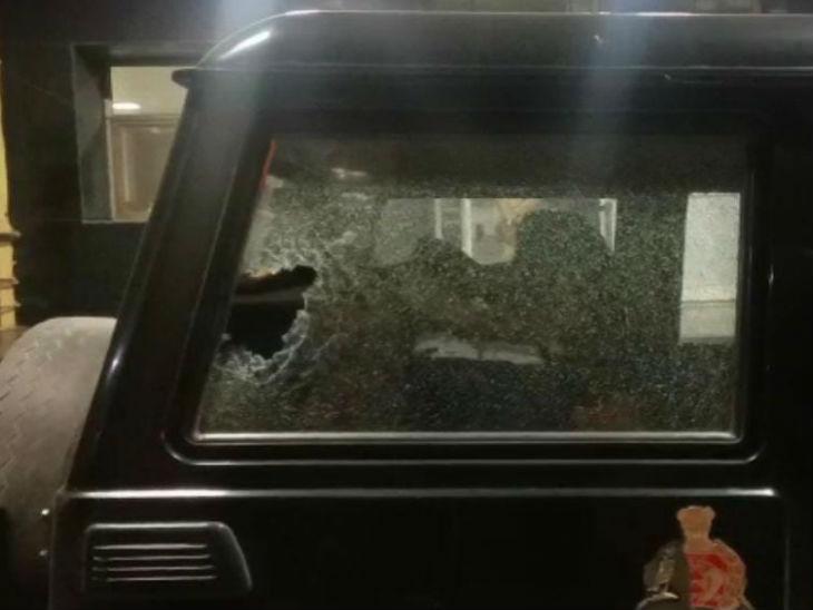 हमले में क्षतिग्रस्त PRV की गाड़ी।