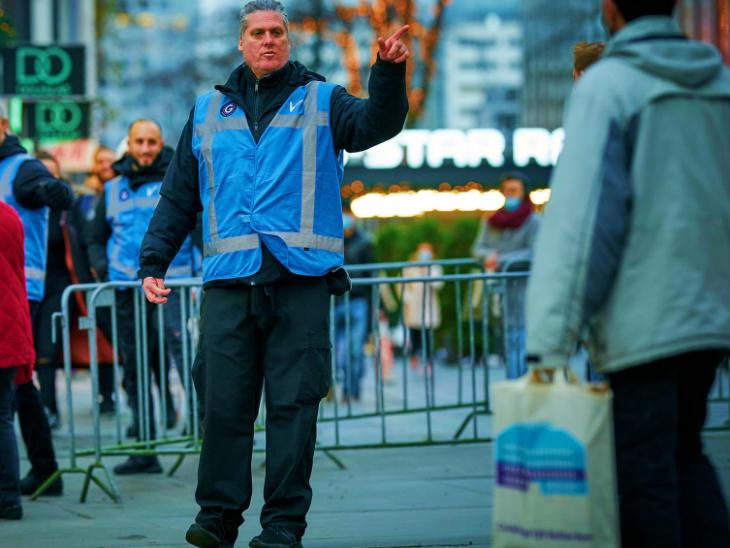नीदरलैंड् के हेग शहर में तैनात एक पुलिसकर्मी। यहां सरकार ने पांच हफ्ते का सख्त लॉकडाउन लगाने की घोषणा की है। माना जा रहा है कि 24 से 26 दिसंबर तक कुछ राहत दी जा सकती है क्योंकि इस दौरान क्रिसमस होगा।