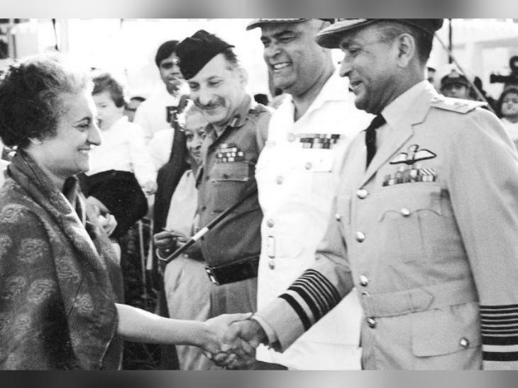 उस समय के आर्मी चीफ सैम मानिक्शॉ, नेवी चीफ एसएम नंदा और एयरफोर्स चीफ प्रताप चंद्र लाल के साथ उस वक्त की प्रधानमंत्री इंदिरा गांधी।
