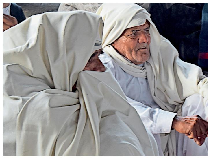 फोटो हरियाणा के पानीपत की है। ठंड ने बुजुर्गों की परेशानी बढ़ा दी है।