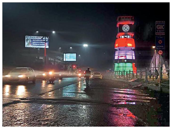 यह तस्वीर छत्तीसगढ़ की राजधानी रायपुर के घड़ी चौक की है। यहां सोमवार शाम रिमझिम बारिश हुई, जिससे शहर तर-बतर हो गया।