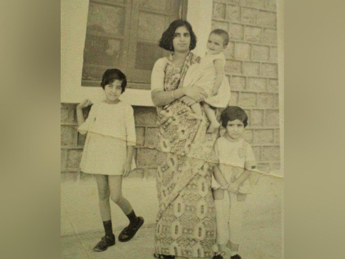 सतीश कुमार की तीन बेटियां किरण, कविता और कामिनी हैं। तीनों बेटियां सेटल्ड हैं और उनकी शादी हो चुकी है, इनमें दो बेटियों के पति आर्म्ड फोर्स में हैं।