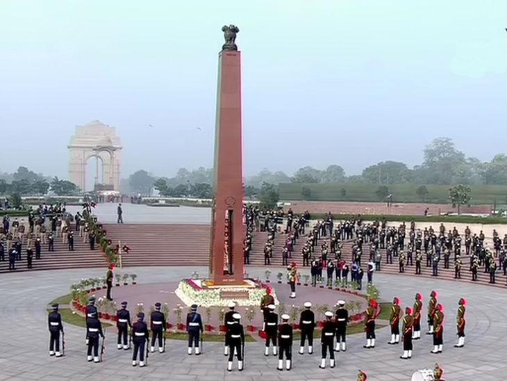 विजय दिवस के मौके पर नेशनल वॉर मेमोरियल पर सेना के जवानों ने भी शहीदों को श्रद्धांजलि दी।