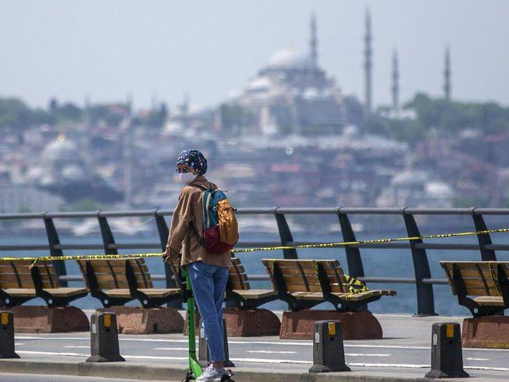 तुर्की के इस्तांबुल में सरकार ने मास्क लगाना अनिवार्य किया है। देश में बुधवार को 29 हजार 718 नए संक्रमित मिले। (फाइल)