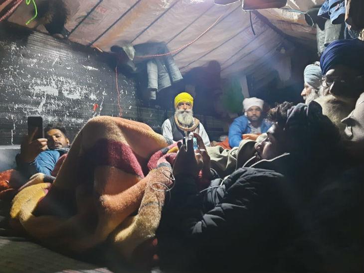 पराली पर गद्दे डालकर लेटे किसान अपने घरों से वीडियो कॉल पर बात कर रहे हैं या बात करने की कोशिश कर रहे हैं।