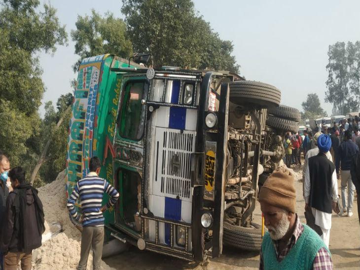 सड़क के बीचोबीच ट्रक पलटने से लंबा जाम लग गया।