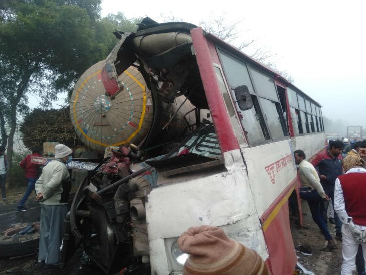 यूपी में भीषण हादसा: संभल में घने कोहरे के कारण टैंकर से टकराई रोडवेज बस;  8 शव निकाले गए, 25 यात्री घायल