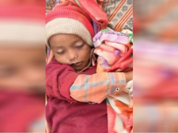 3 साल के इसी बच्चे को पिता ने जमीन पर पटककर मार डाला।