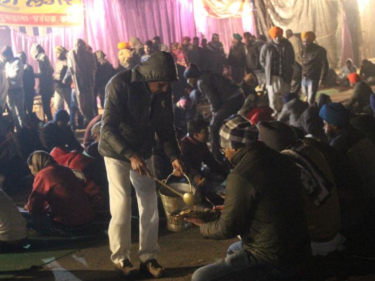 इक्का-दुक्का लंगर रात में भी चल रहे हैं, ताकि यहां पहुंचा कोई व्यक्ति भूखा न सोए। इसके साथ ही चाय की भी व्यवस्था है।